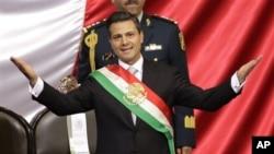 멕시코 국기가 그려진 어깨띠를 두른 엔리케 페냐 니에토 신임 대통령