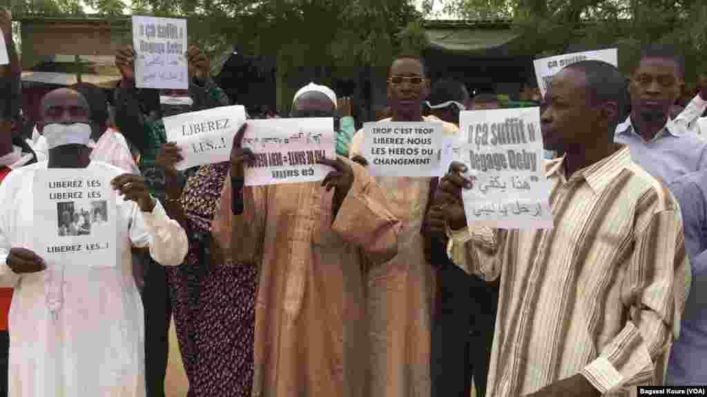 Des jeunes devant le palais de justice pendant que le procès des 4 des 5 leaders de la société civile arrêtés pour avoir voulu organiser une manifestation illégal, le 7 avril 2016.
