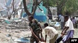 Thi hài nạn nhân vụ nổ bom được đưa ra ngoài