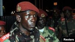 中非塞雷卡集團士兵在與政府和談前抵達加蓬機場