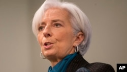 Direktur IMF Christine Lagarde mengumumkan persetujuan dana talangan baru bagi Ukraina (foto: dok).