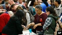 '슈퍼 화요일'이었던 지난 1일 미국 콜로라도 주 덴버 시 민주당 코커스에서 유권자들이 붐비고 있다.