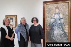 Лена Стрингари, Джиллиан Макмиллан и Трейси Башкофф у картины «Женщина в полосатом платье»