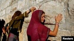 Des femmes priant au mur des Lamentations, à Jérusalem, le 21 juin 2009.