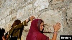 Une femme touche le mur des Lamentations, à Jérusalem, le 21 juin 2009.