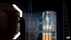 """2014年12月4日,安放在火箭上等待发射的""""猎户座""""飞船(美国宇航局照片)"""