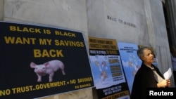 Vlasnik grčkih obveznica učestvuje u protestu ispred Centralne banke Grčke