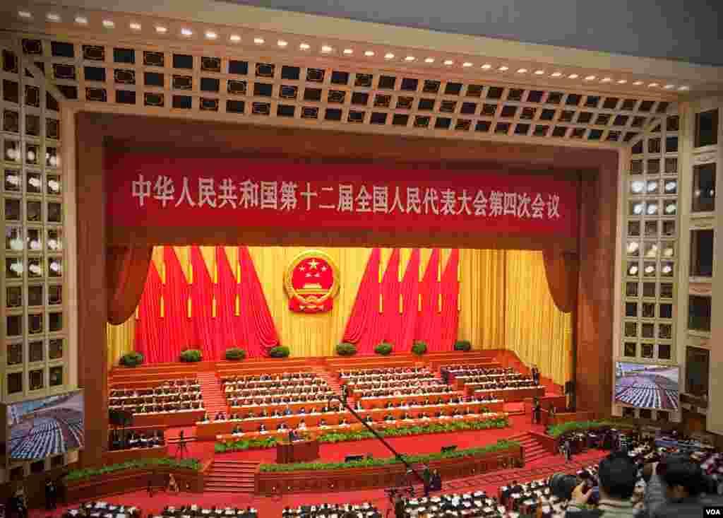 李克强在本届人大开幕式上作政府工作报告。(2016年3月5日 美国之音金子莹拍摄)