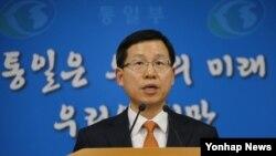 김의도 한국 통일부 대변인이 11일 정부서울청사에서 남북 고위급 회담을 12일 판문점에서 개최한다고 발표하고 있다.