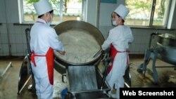 스위스 개발협력처(SDC)가 웹사이트에 공개한 대북 지원 활동 사진. SDC는 북한 어린이와 산모 등 취약 계층에 대한 영양 지원을 위해 세계식량계획(WFP)를 통해 분유를 제공해왔다. (자료사진)