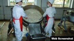 북한의 한 식품공장에서 스위스 개발협력처(SDC)가 제공한 분유를 가공하고 있다.