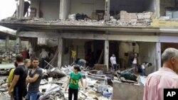 Cư dân tại hiện trường 2 vụ nổ tại làng Mukharam al-Fawkani, phía đông thành phố Homs, Syria, ngày 5/5/2016.
