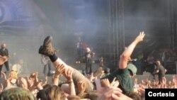 Los fans celebran el heavy metal en el festival de Wacken.