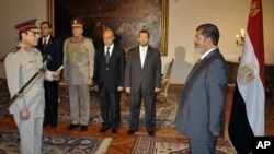 Egyptian President Mohammed Morsi swears in newly-appointed Minister of Defense, Lt. Gen. Abdel-Fattah el-Sissi, in Cairo, Aug. 12, 2012.