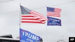 Banderas en apoyo al presidente Donald Trump ondean en vehículos recreativos privados de fanáticos de las carreras de autos que asisten a las 500 Millas de Daytona esta semana en Florida.
