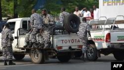 Policiers burundais patrouillant suite à une attaque à la grenade à Bujumbura, Burundi.