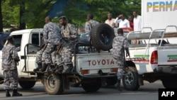 Patrouille de policiers burundais après une attaque à la grenade le 15 février 2016 à Bujumbura, Burundi.