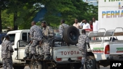 Des policiers burundais patrouillent dans Bujumbura, 15 février 2016.