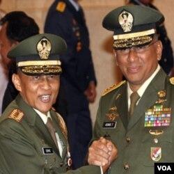 Letjen Pramono Edhie Wibowo (kiri), berfoto bersama pendahulunya Letjen George Toisutta.