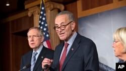 Từ trái: Thượng nghị sĩ Harry Reid, Thượng nghị sĩ Chuck Schumer, và Thượng nghị sĩ Patty Murray lập lại sự kiên định của họ về vấn đề Obamacare