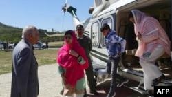 ملالہ اپنے اہلِ خانہ کے ہمراہ سوات پہنچنے کے بعد ہیلی کاپٹر سے باہر آرہی ہیں۔