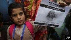 Une petite fille lors d'une manifestation dénonçant le viol et le meurtre à Kasur de Zainab, Karachi, Pakistan, 11 janvier 2018.