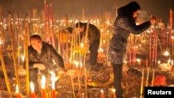 中国农历新年第一天,人们在重庆大佛寺烧香以祈求马年好运。