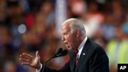Phó Tổng thống Biden nói rằng giai đoạn này quá bất định và những mối đe doạ đang quá lớn để bầu cho ông Trump.