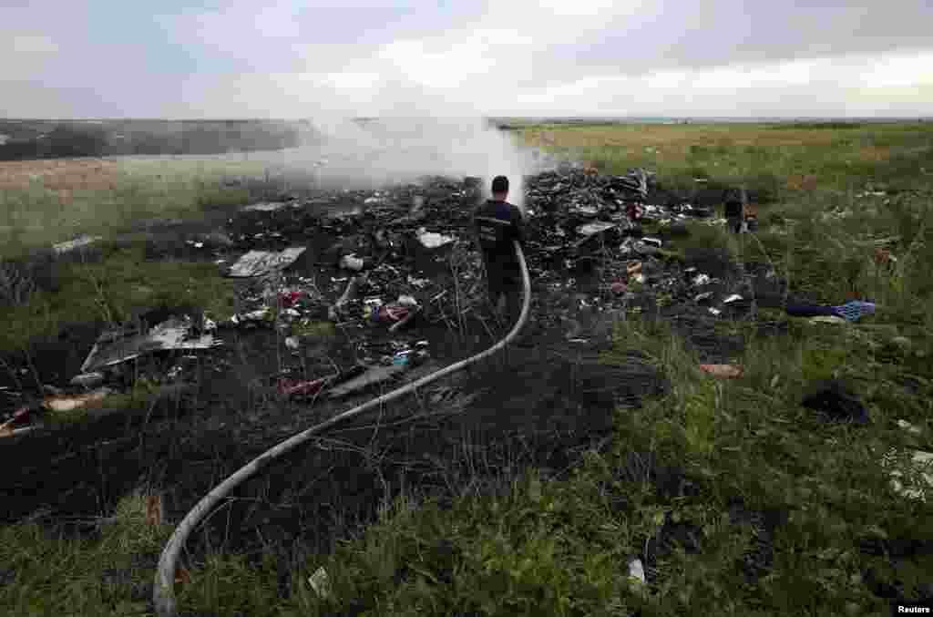 یہ جہاز روس کی سرحد کے قریب ڈونٹسک کے ایک دیہاتی علاقے میں گر کر تباہ ہوا۔