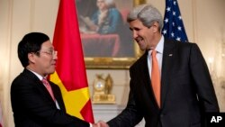 美國國務卿約翰·克里與越南副總理兼外長范平明在美國國務院握手。 (2014年10月2日)