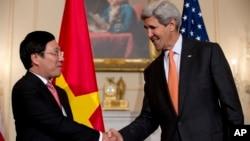 Ngoại trưởng Hoa Kỳ John Kerry và Ngoại trưởng Việt Nam Phạm Bình Minh, trong cuộc họp báo tại Bộ Ngoại giao Hoa Kỳ trong thủ đô Washington, 2/10/14