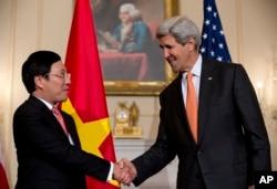 美国国务卿约翰•克里与越南副总理兼外长范平明在美国国务院握手。(2014年10月2日)