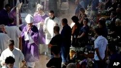 مراسم خاکسپاری ۳۵ تن از قربانیان در کلیسایی در شهر اسکولی پیچنو