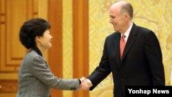 26일 청와대에서 톰 도닐런 미국 국가안보보좌관을 접견하는 박근혜 한국 대통령.