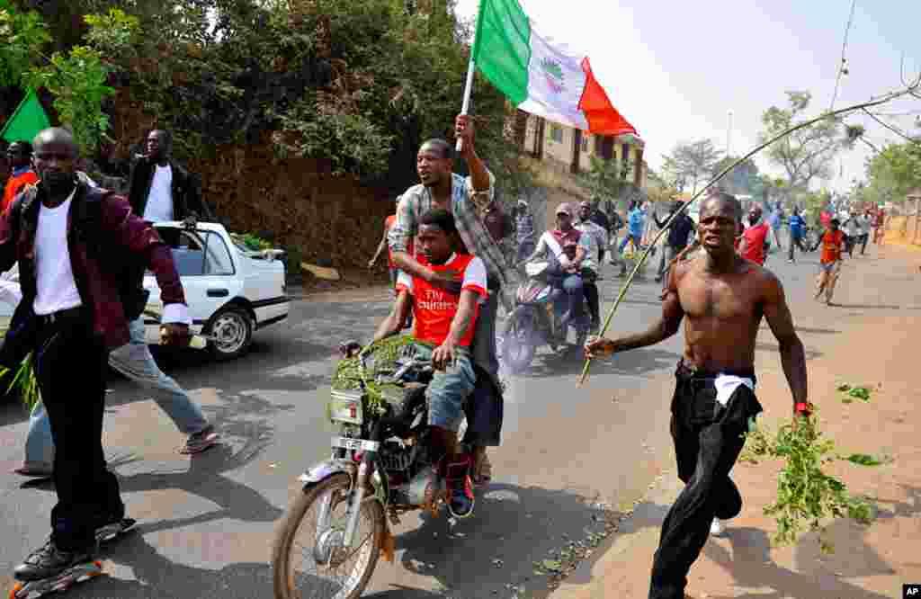 Demonstrators protest in Nigeria's capital Abuja, January 11, 2012. (Reuters)
