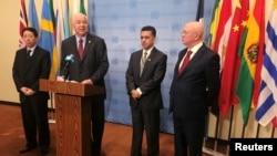L'ambassadeur chinois adjoint Wu Haitao, les ambassadeurs à l'ONU du Venezuela, Rafael Ramirez, de Bolivie, Sacha Sergio Llorenty Soliz, et de la Russie, Vassily Nebenzia parlent aux journalistes aux Nations Unies, New York, 13 novembre 2017.