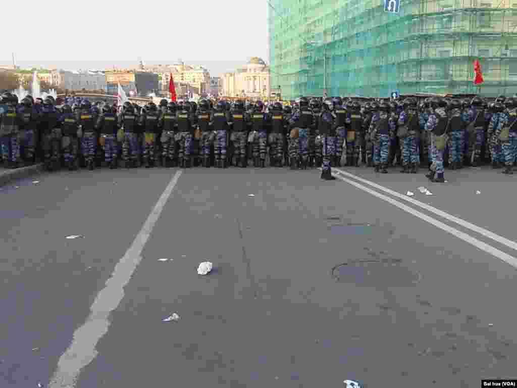 警察驱散去年5月普京总统就职前夕的莫斯科反政府示威(美国之音白桦拍摄)