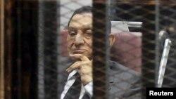Presiden terguling Mesir, Hosni Mubarak saat menghadiri sidang di Kairo, 21 Mei 2014 (Foto: dok).