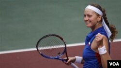 Petra Kvitova gembira setelah mengalahkan petenis Slovakia Daniela Hantuchova di putaran pertama Piala Fed Februari lalu. Kvitova akan memimpin Republik Ceko melawan Belgia di semifinal akhir pekan ini.