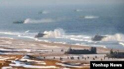 북한 조선중앙통신은 지난 25일 인민군 제324대연합부대와 제287대연합부대, 해군 제597연합부대가 참여하고 공기부양정 등이 동원된 '상륙 및 반상륙 훈련'을 진행했다고 26일 보도했다.