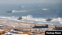 북한 조선중앙통신이 지난 26일 공기부양정 등이 동원된 '상륙 및 반상륙 훈련'을 진행했다며 공개한 사진. 하지만 훈련 규모를 과장하기 위해 공기부양정 수를 복사해 늘렸다는 의혹을 받고 있다.