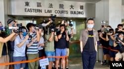 香港歌手黄耀明8月5日到东区裁判法院应讯,他2018年3月出席前立法会议员区诺轩选举造势晚会唱歌,被廉政公署起诉涉嫌违反选举舞弊条例,获裁判官批准签保守行为撤案 (美国之音/汤惠芸)