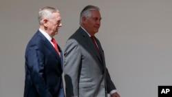 Sekretar za odbranu Džim Matis i državni sekretar Reks Tilerson dolaze na sastanak o Severnoj Koreji u Beloj kući