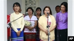 Sekretaris Umum Persatuan Nasional Karen (KNU) Naw Si Pho Ra Sein (nomor dua dari kanan) menggelar jumpa pers bersama tuan rumah Aung San Suu Kyi di kediamannya di Yangon (Rangun), Burma (8/4).
