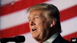 En un evento de campaña en New Hampshire, Trump recordó la impugnación al expresidente y los escándalos de sus infidelidades.