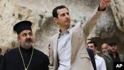 Presiden Suriah Bashar al-Assad (kanan) saat mengunjungi Desa Kristen Maaloula, dekat Damaskus (20/4). Assad diperkirakan akan menang mudah dalam Pilpres 3 Juni mendatang.