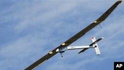 지난해 프랑스 에어쇼에서 시범비행 중인 '솔라 임펄스' (자료사진)