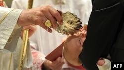 Đức Giáo Hoàng Benedict XVI (trái) làm lễ rửa tội 1 trẻ sơ sinh ở Vatican, 9/1/2011