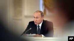 Geçen yıl Kırım'ı resmen ilhak eden Rusya Cumhurbaşkanı Vladimir Putin, şimdi Ukrayna'daki Moskova yanlısı ayrılıkçılara destek verdiği iddialarını reddediyor.