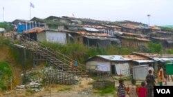 بنگلہ دیش کے قریب واقع نئے جزیرے بھاشا چار میں روہنگیا پناہ گزینوں کے لیے تعمیر کیا جانے والا پناہ گزین کیمپ۔